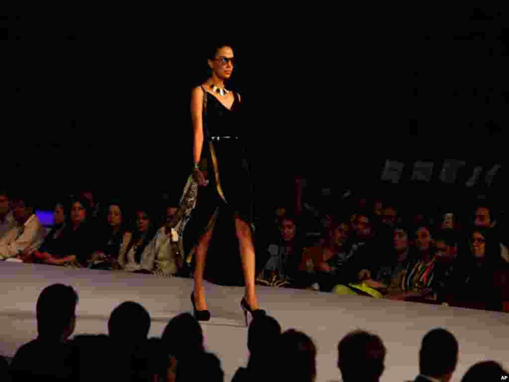 پاکستان کے مشہور ڈیزائنرز نے مغربی اور مشرقی طرز کے ملبوسات کے کلیکشن پیش کئے