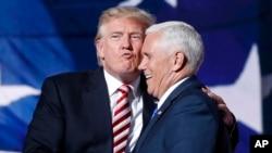 Thống đốc Mike Pence và Tỷ phú Donald Trump tại Đại hội Toàn quốc đảng Cộng hoà ở Cleveland.