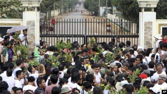 Gia đình của các tù nhân Miến Ðiện chờ đợi trước cửa nhà tù khét tiếng Insein tại Yangon.