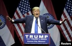 ຜູ້ລົງແຂ່ງຂັນເອົາຕຳແໜ່ງປະທານາທິບໍດີ ສະຫະລັດ ສັງກັດພັກ ຣີພັບ ບລີກັນ ທ່ານ Donald Trump ກ່າວໃນລະຫວ່າງການໂຄສະນາຫາສຽງ ທີ່ໂຮງລະຄອນ Midland, ທີ່ນະຄອນ Kansas ລັດ Missouri. 12 ມີນາ 2016.