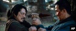 """Aktor Hiroyuki Sanada (kiri) dan Joe Taslkim saat berlaga dalam Mortal Kombat (dok: """"Mortal Kombat"""" / Warner Bros. Pictures via AP)"""