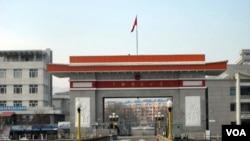 """图们江大桥桥头的中国""""国门""""(美国之音张楠拍摄)"""