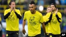 """Pierre-Emerick Aubameyang de Dortmund porte un t-shirt sur lequel il est mentionné """"Beaucoup de force - nous sommes avec vous"""" pour son coéquipier, Marc Bartra, le 12 avril 2017."""