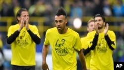 """Pierre-Emerick Aubameyang de Dortmund porte un t-shirt sur lequel il est mentionné """"Beaucoup de force - nous sommes avec vous"""" pour son coéquipier, Marc Bartra, blessé le veille dans une explosion, avant le match de la Ligue des champions entre le Borussi"""