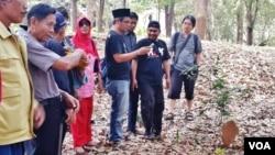 Kontras dan para aktivis HAM Jawa Timur mengunjungi lokasi yang diduga merupakan kuburan massal pembantaian tahun 1965 di Jawa Timur (VOA/Petrus Riski).