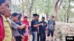 KontraS dan para aktivis HAM Jawa Timur mengunjungi lokasi yang diduga merupakan kuburan massal pembantaian tahun 1965 di Jawa Timur. (VOA/Petrus Riski).