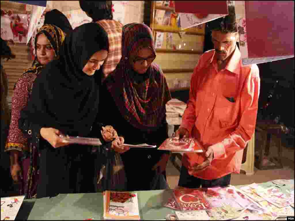 بڑے تو بڑے، بچے بھی اپنے ہم عمر دوستوں کو عید کی مبارکباد کیلئے عید کارڈ خریدتے ہیں