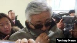최순실씨 이복오빠인 재석씨가 29일 서울 대치동 특별검사 사무실에 얼굴을 가린채 방문하고 있다. 최재석씨는 일가의 재산 관련 자료를 제출한 것으로 알려졌다.