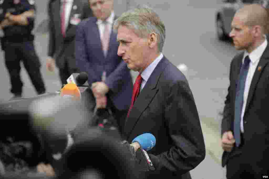 گفتگوی فیلیپ هاموند وزیر خارجه بریتانیا با خبرنگاران حاضر در مقابل هتل کوبورگ وین محل برگزاری مذاکرات اتمی ایران و گروه ۱+۵