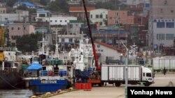 2일 속초항으로 들어온 북한산 가리비. 5ㆍ24 조치 이전에 한국 업체가 물품값을 지불했으나 교역 중단으로 들여오지 못했던 물품들이, 지난 6월 중순 부터 한국 정부 승인 아래 반입되고 있다.