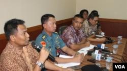 Kepala Dinas Sosial Kota Surabaya Supomo bersama jajaran Kepolisian dan TNI memberikan keterangan pers terkait langkah penutupan dan penertiban bekas lokalisasi pelacuran Dolly dan Jarak, Kamis, 26 Juni 2014 (Foto: VOA/Petrus Riski)