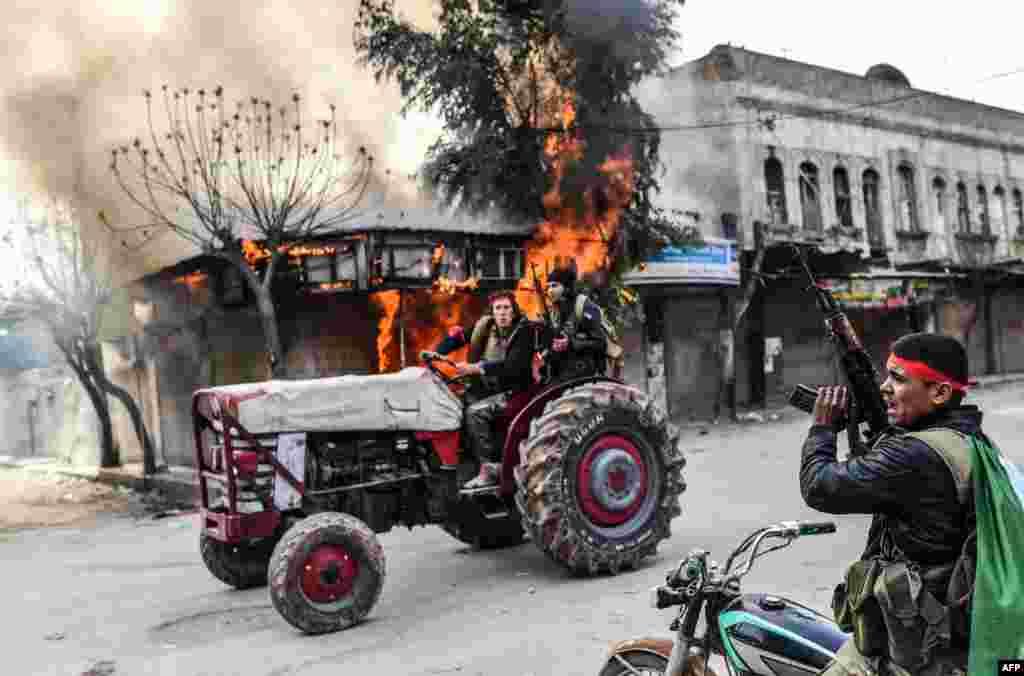 ក្រុមឧទ្ទាមស៊ីរីដែលគាំទ្រដោយតួកគីបើករថយន្តកាត់ហាងត្រូវភ្លើងឆេះមួយនៅក្នុងក្រុង Afrin ប្រទេសស៊ីរី។ អ្នកសារព័ត៌មានរបស់កាសែត AFP បានរាយការណ៍ថា កងកម្លាំងតួកគី និងសម្ព័ន្ធមិត្តឧទ្ទាមរបស់ពួកគេបានគ្រប់គ្រងក្រុង Afrin ភាគច្រើន នៅភាគពាយព្យនៃប្រទេស។
