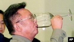 지난 2000년 8월 평양에서 북한의 김정일 국방위원장이 한국 언론인들을 위해 마련한 만찬에서 축배를 들고 있다. (자료사진)