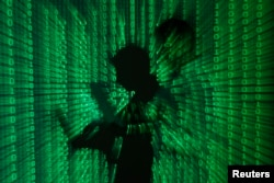 数码组成的图片显示有人手持便携式电脑