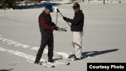 Frank Gehrke (kanan), kepala program survei salju mengukur tumpukan salju di Gunung Sierra Nevada, California. (Foto: California Dept. of Water Resources)