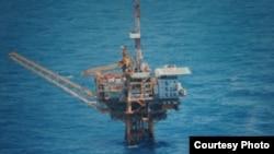 日本防卫省也公开了军机在东中国海拍摄到的中国油气田钻台照片(日本防卫省资料照片)