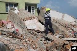 Một nhân viên cứu hộ của USAID tìm kiếm người sống sót tại một căn nhà đổ nát sau trận động đất mới nhất tại Kathmandu, Nepal, ngày 12/5/2015.