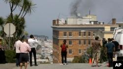 人们看到俄罗斯驻旧金山总领馆楼顶冒出黑烟