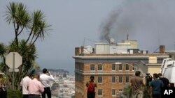 Перехожі дивляться на чорний дим з труби російського консульства в Сан-Франциско перед його закриттям