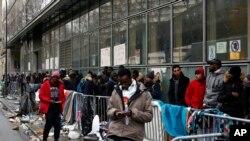 Di dân xếp hàng bên ngoài một cơ sở ở Paris, Pháp, chờ nộp đơn xin tị nạn.