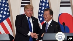 美国总统川普2017年11月7日在韩国总统府青瓦台与韩国总统文在寅举行联合记者会。