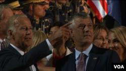 Wakil Presiden Amerika Joe Biden (kiri) bersama Presiden Hashim Thaci di Kosovo (16/8).