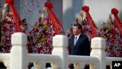 中國國家主席習近平在北京天安門廣場人民英雄紀念碑獻花籃。(2019年9月30日)
