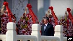中国国家主席习近平在北京天安门广场人民英雄纪念碑献花篮。(2019年9月30日)