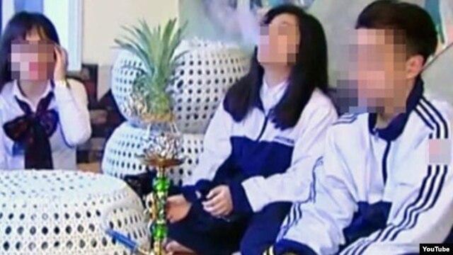"""Báo chí trong nước dẫn lời các học sinh trong nước cho biết, các phóng viên của VTC đã """"gọi một bình shisha lên bảo đó là 'đạo cụ' để bọn em hút và quay""""."""