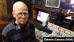 Mohamed Simankan technicien de radio à Conakry, Guinée, 22 avril 2017. (VOA/Zakaria Camara)