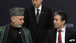 Predsednik Avganistana Hamid Karzai i Generalni sekretar NATO-a, Anders Fog Rasmusen na samitu NATO-a u Lisabonu, 20. novembar 2010.