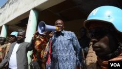 Le candidat à l'élection présidentielle Karim Meckassoua lors d'un rassemblement à Birao, où les rebelles ex-séléka contrôlent une partie du territoire, le 24 décembre 2015. (Katarina Höije/VOA)
