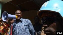 Parlophone en main, sous la sécurité d'un Casque-bleu des Nations unies, le candidat à l'élection présidentielle Karim Meckassoua harangue ses partisans lors d'un meeting à Birao, dans le nord-est, où les miliciens ex-Seleka ont encore le contrôle. (Katarina Höije/VOA)