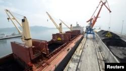 朝鲜罗津港新码头剪彩仪式上一艘装载煤炭的货轮(资料照片)
