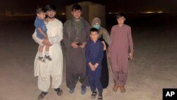Mohammad Khalid Wardak terlihat di Afghanistan pada 18 Agustus 2021, setelah militer AS dan sekutunya menyelamatkan dia dan keluarganya. (Foto: AP)