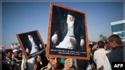 Những người biểu tình cầm ảnh của ông Burhanuddin Rabbani, cựu tổng thống Afghanistan và cũng là đặc sứ hòa bình đã bị ám sát, trong một cuộc biểu tình ở thủ đô Kabul, Afghanistan