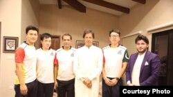 پشاور زلمی کے مالک جاوید آفریدی اور چینی کھلاڑی مایہ ناز کرکٹر عمران خان کے ساتھ