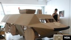 視覺藝術家黃國才正在製作14呎長的紙製裝甲車,計劃在71遊行出動