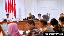 Presiden Joko Widodo perintahkan Wakil Presiden Jusuf Kalla pimpin operasi penanganan korban gempa dan tsunami di Palu dan Donggala, Sulawesi Tengah, dalam rapat terbatas di Kantor Presiden, Selasa sore (2/10). (Foto: Setres RI)