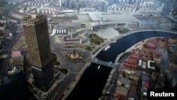 Foto udara pusat bisnis Tianjin World Financial Center di Tianjin, China (foto: dok). IMF meramalkan pertumbuhan ekonomi China melambat di bawah 7 persen tahun 2015 dan 2016.