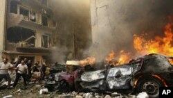 19일 레바논 수도 베이루트에서 폭탄테러가 발생한 가운데, 현장에 출동한 소방관들.