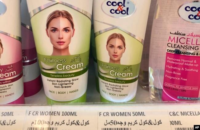 Krim yang menjanjikan kulit lebih cerah dan bersih, dipajang di rak-rak penjualan sebuah gerai di Dubai, Uni Emirat Arab, 3 Juli 2020. (Foto: dok).