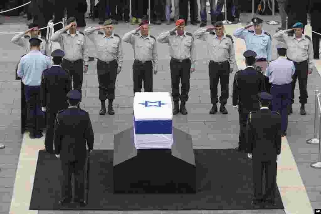 Генералы Армии обороны Израиля у гроба Ариэля Шарона