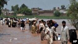 ازدحام در پناهگاه های نجات یافتگان سیلاب در پاکستان