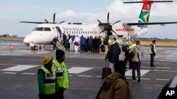 Des passagers embarqués dans un avion attendent le décollage à l'aéroport George, en Afrique du Sud, 16 juin 2010.