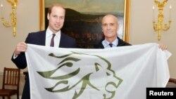 Pangeran William bersama penjelajah Inggris, Henry Worsley (kanan) di London, Oktober tahun lalu sebelum memulai ekspedisi Antartika (foto: dok).