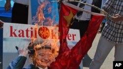 지난해 7월, 터키주재 중국 대사관 앞 에서 위구르족이 중국 국기를 불태우며 위구르족 탄압에 항의하는 시위를 벌였다. (자료사진)