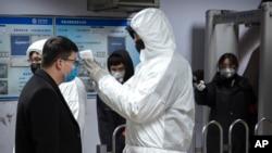 Pekin metrosunda sərnişinlərin temperaturu ölçülür.