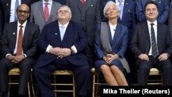 國際貨幣基金組織總裁拉加德(右二),與多個國家代表參加在華盛頓舉行的春季會議。