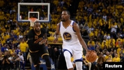 Kevin Durant dribble Lebron James lors de la finale NBA, Oracle Arena, Oakland, le 4 juin 2017 (Kyle Terada-USA TODAY Sports)
